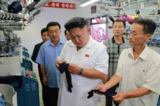 Kim Jong-un thích in hình mèo Hello Kitty, gấu Pooh lên vớ 1