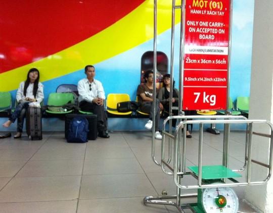 Bị yêu cầu cân lại hành lý, nữ hành khách tát nhân viên hàng không 1