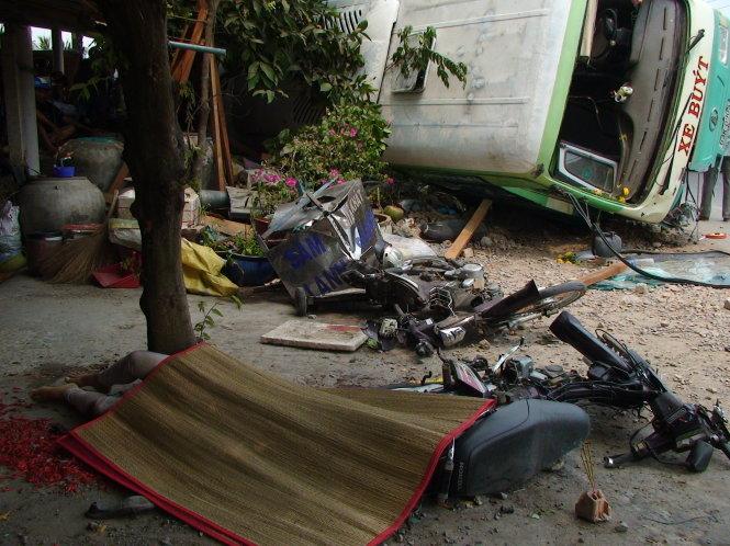Tiền Giang: Xe buýt lật nhào khiến 5 người thương vong 1