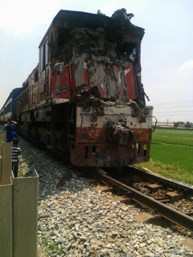 Tài xế thiếu quan sát, xe tải bị tàu hỏa kéo lê trên đường ray 1