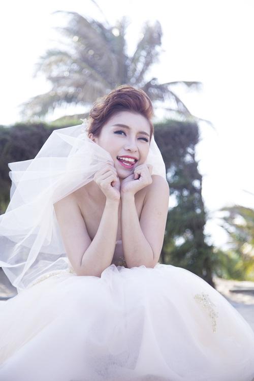 Tiêu Châu Như Quỳnh gợi cảm, dạo biển cùng hot boy 8