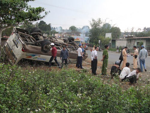 Hai xe khách đâm nhau, 14 người bị thương 1