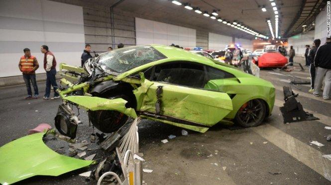 Lamborghini vỡ vụn sau khi đua Fast&Furious với Ferrari 1