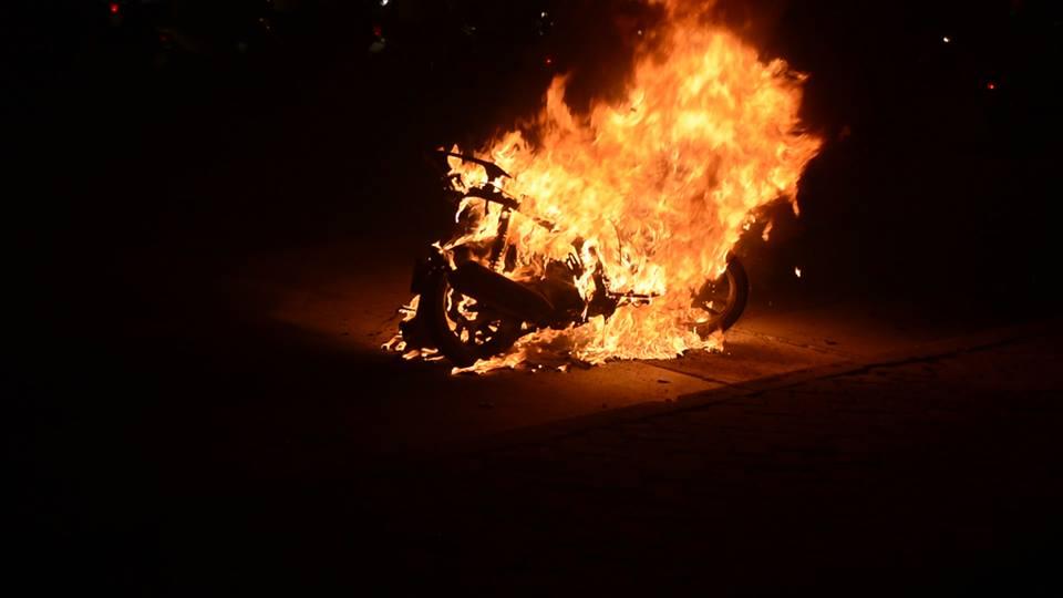 Đang lưu thông, xe máy bất ngờ bốc cháy 1