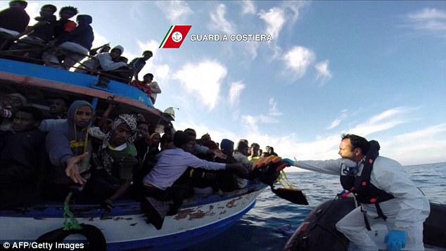 Xác người di cư bị ném xuống biển cho cá mập ăn 1