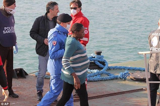 Xác người di cư bị ném xuống biển cho cá mập ăn 3