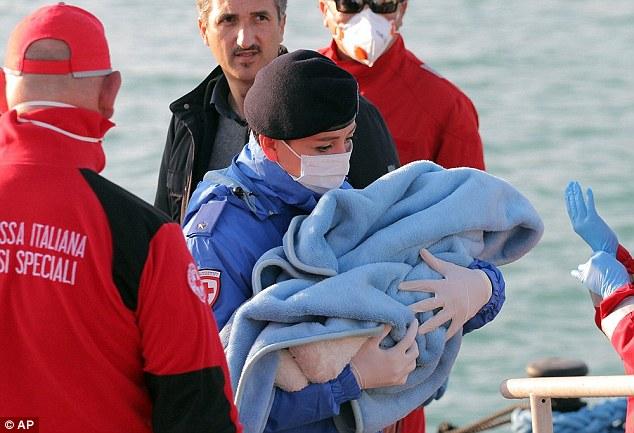 Xác người di cư bị ném xuống biển cho cá mập ăn 4