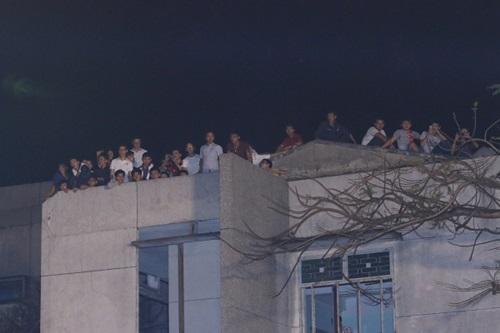Khán giả vắt vẻo trên cây xem Hồ Ngọc Hà hát 9