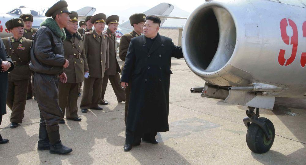 Kim Jong-un chụp hình cùng những người chế tạo máy bay dân dụng đầu tiên 1