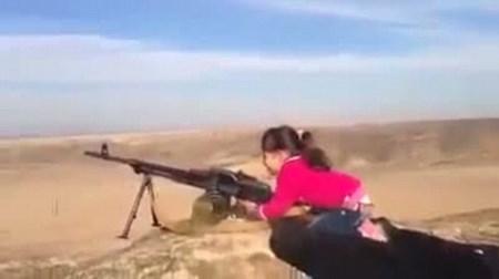 """Video: Bé gái Kurd xả súng máy """"tiêu diệt IS"""" gây sốt trên mạng 1"""