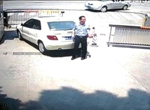 Vợ vô tình cán chết chồng khi đang loay hoay tìm cách đỗ xe 2
