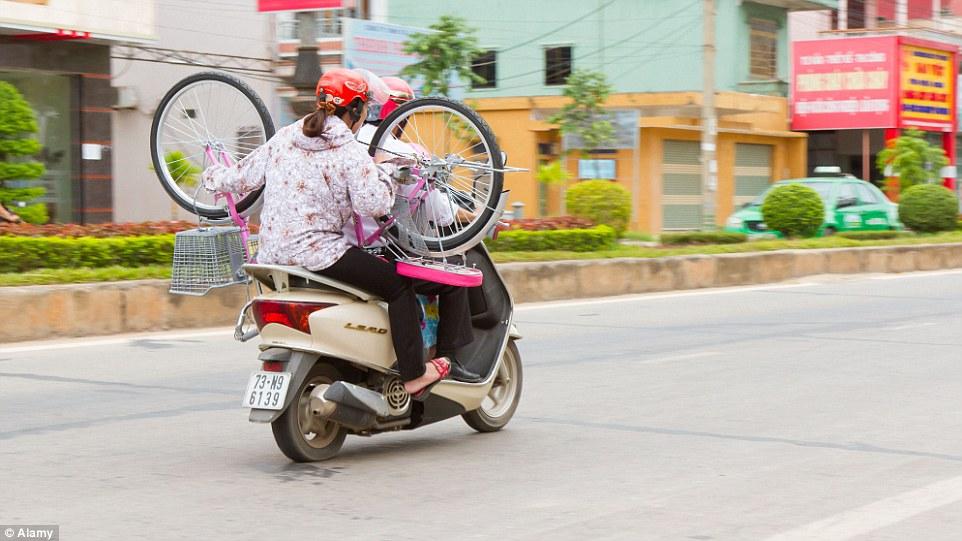 Cách sử dụng xe máy của Việt Nam khiến người nước ngoài sửng sốt 13