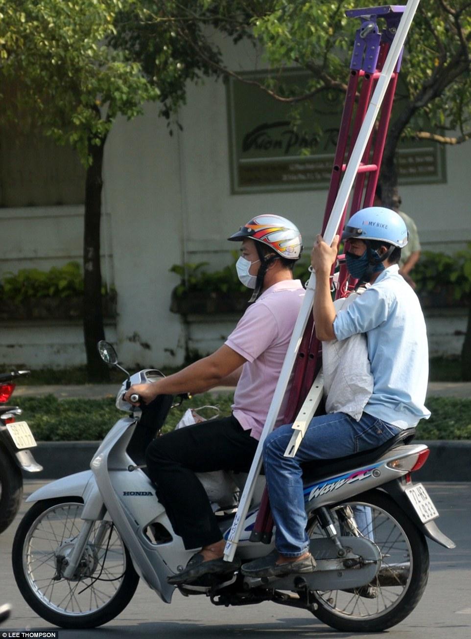 Cách sử dụng xe máy của Việt Nam khiến người nước ngoài sửng sốt 8