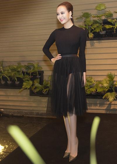 Hoàng Thùy Linh gây chú ý khi mặc 2 váy gợi cảm trong sự kiện 2