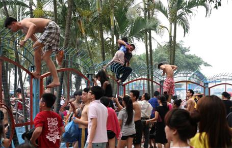 Nam nữ thi nhau vượt rào ở công viên nước Hồ Tây ngày mở cửa miễn phí 4