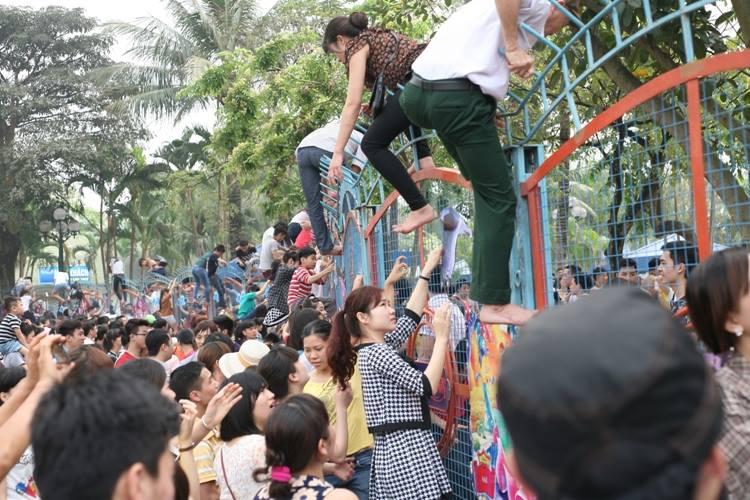 Hàng trăm người vượt rào sắt vào công viên nước: