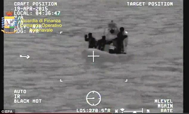 Lạnh người trước hiện trường vụ chìm tàu di cư khiến 900 người thiệt mạng 3