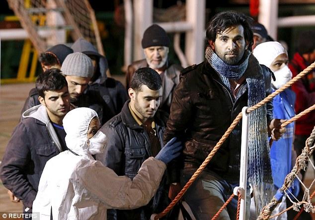 Lạnh người trước hiện trường vụ chìm tàu di cư khiến 900 người thiệt mạng 4