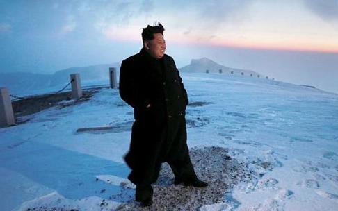 Kim Jong-un cười rạng rỡ trên đỉnh núi thiêng của Triều Tiên 1