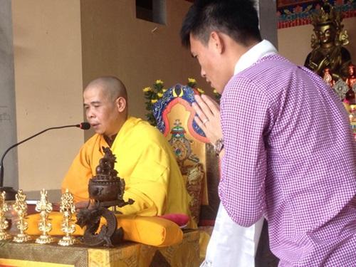Công Vinh Quy y cửa Phật theo bà xã Thủy Tiên 1