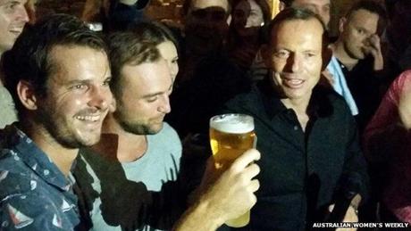 Tranh cãi video Thủ tướng Australia uống cạn cốc bia trong 7 giây 1