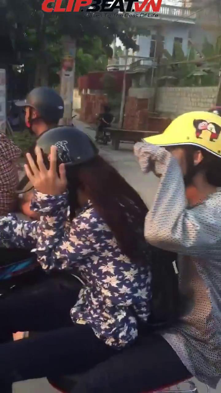 """Thiếu nữ """"cưỡi"""" xe đạp điện học đòi đánh võng giữa đường 3"""