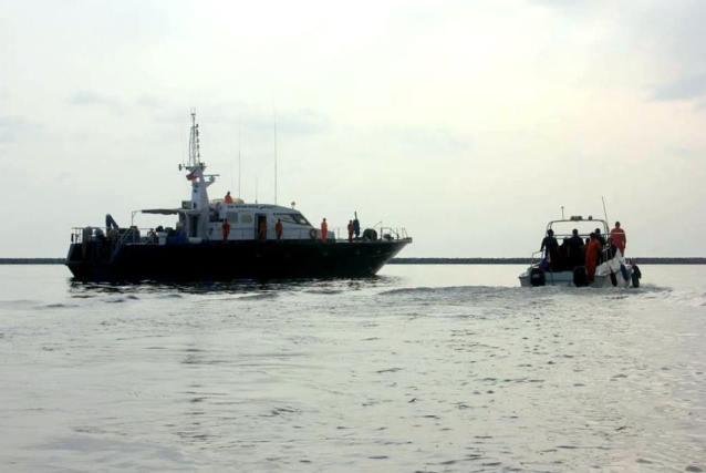 Philippines tố tàu Trung Quốc phun vòi rồng vào ngư dân 2