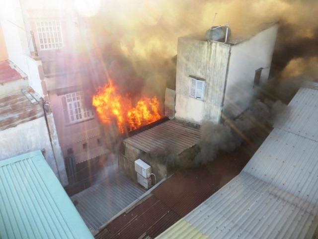 Căn nhà chứa sơn ở Sài Gòn chìm trong biển lửa, người dân chạy tán loạn 1