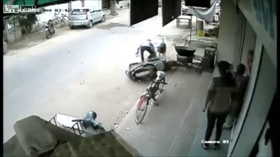 Hoảng hồn bố quên tắt xe máy, con nhỏ vít ga ngã bổ nhào 4
