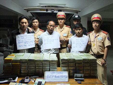 Bắt quả tang vụ vận chuyển 227 bánh heroin trên ô tô mang biển Lào 1