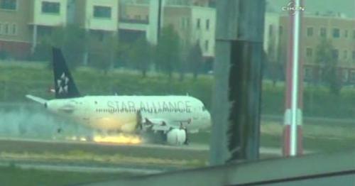 Máy bay chở 97 hành khách cháy động cơ khi đang bay 3