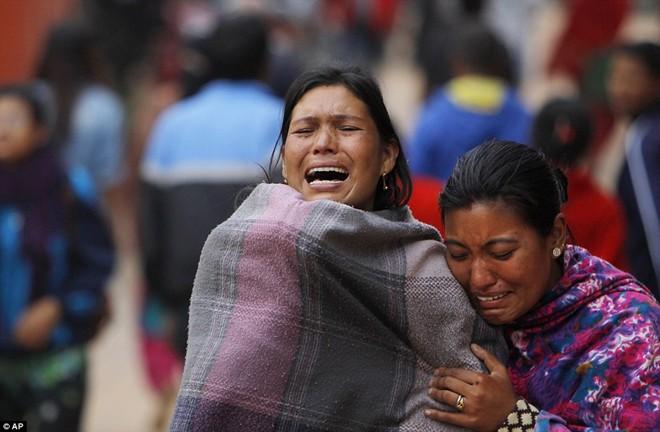 Ảnh: Tử thi nạn nhận động đất nằm la liệt trên đường phố Nepal 6