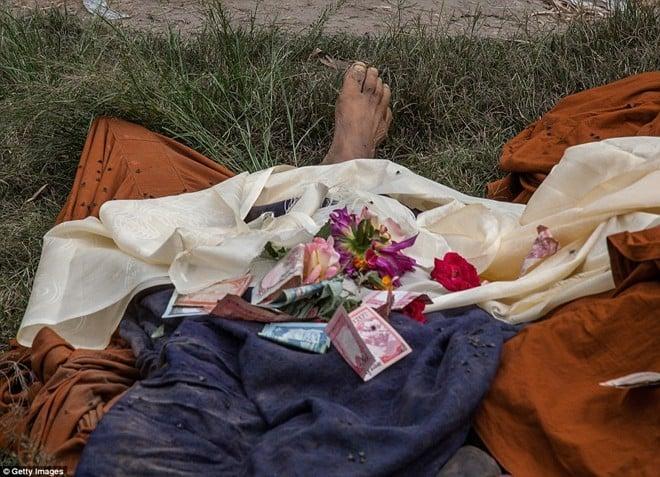 Ảnh: Tử thi nạn nhận động đất nằm la liệt trên đường phố Nepal 4