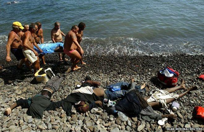 Xác người nổi lềnh bềnh khi di cư qua Địa Trung Hải 4