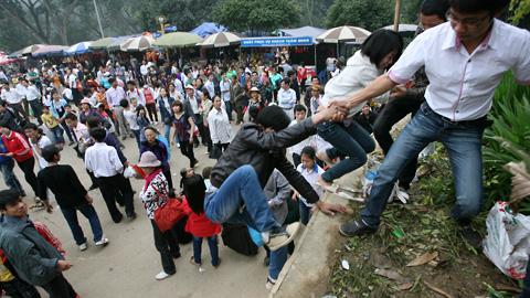 Hàng triệu người chen lấn, xẻ rừng, leo trèo vào dự lễ Đền Hùng 7