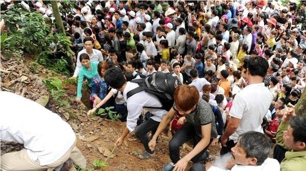 Hàng triệu người chen lấn, xẻ rừng, leo trèo vào dự lễ Đền Hùng 3