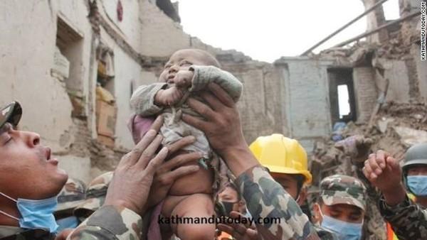 Bé trai 4 tháng tuổi sống sót thần kì giữa đống đổ nát Nepal 4