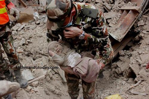 Bé trai 4 tháng tuổi sống sót thần kì giữa đống đổ nát Nepal 2