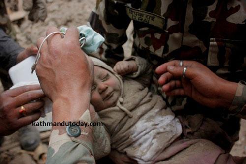 Bé trai 4 tháng tuổi sống sót thần kì giữa đống đổ nát Nepal 3