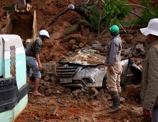 Sạt tuyluy, xe 7 chỗ bị chôn vùi trong đất đá, tài xế may mắn thoát chết 1