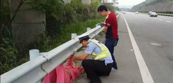 Cảnh sát giao thông đỡ đẻ cho thai phụ ngay bên lề đường  1