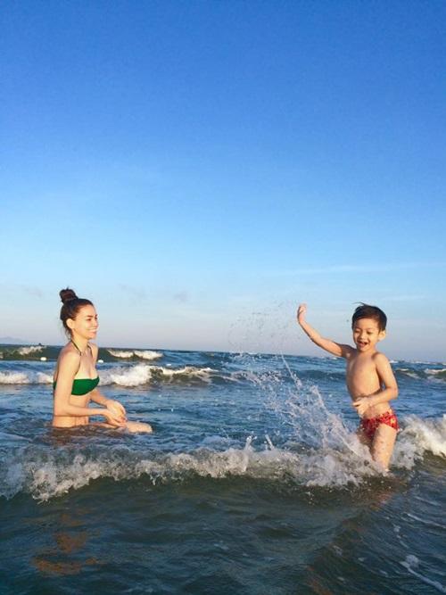 Hồ Ngọc Hà diện bikini gợi cảm đưa Subeo đi biển  7