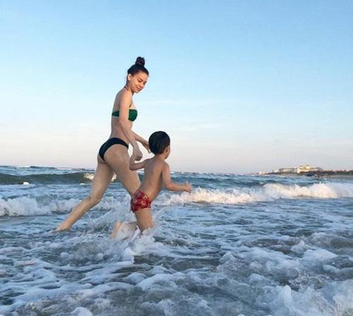 Hồ Ngọc Hà diện bikini gợi cảm đưa Subeo đi biển  6