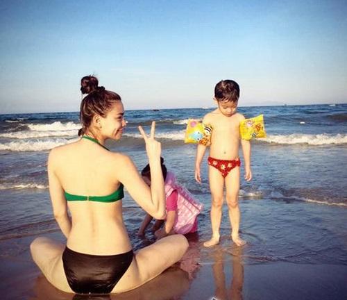 Hồ Ngọc Hà diện bikini gợi cảm đưa Subeo đi biển  9
