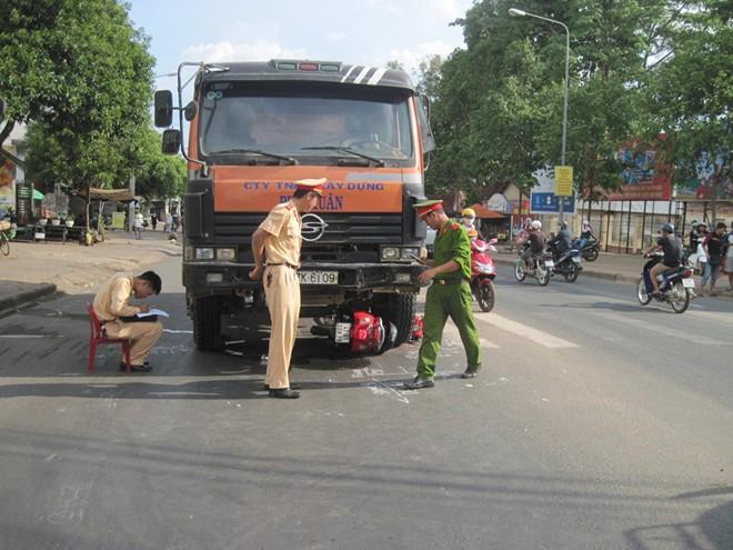Nạn nhân bò ra từ gầm xe tải, tài xế mới biết mình gây tai nạn 1