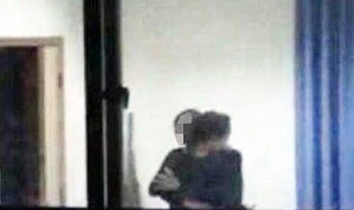 Trung Quốc: Thầy giáo bị sa thải vì lộ clip ôm hôn nữ sinh trong trường 2