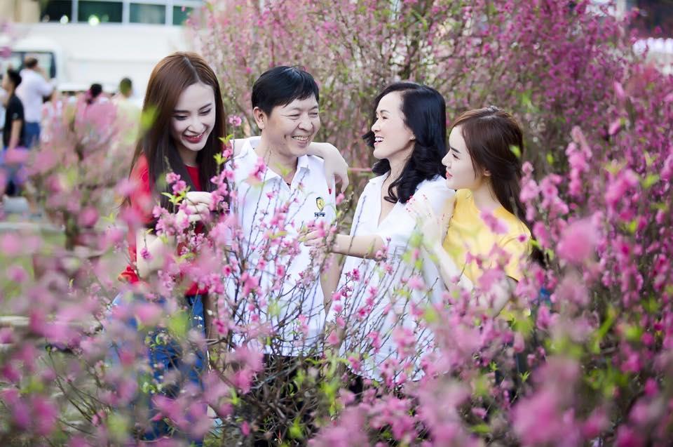 Gạt bỏ những scandal Angela Phương Trinh cùng gia đình sang trang mới 2