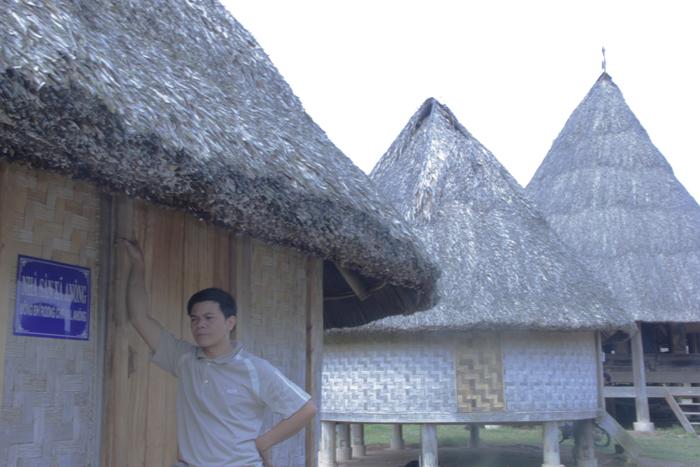 Ngôi làng 'nhà tranh vách gỗ' trị giá gần 4 tỷ đồng  13
