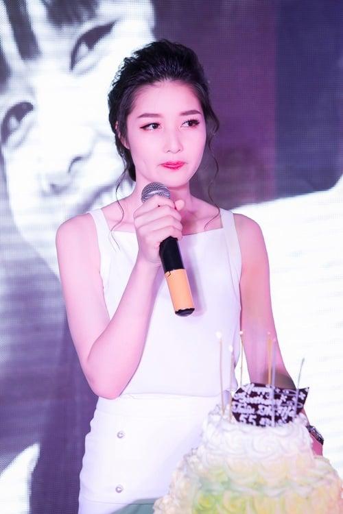 Hoa hậu Triệu Thị Hà rơi nước mắt trong sinh nhật tuổi 23 2