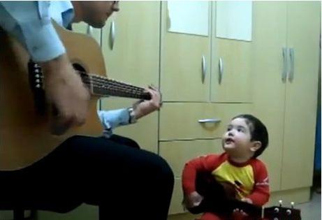 """Clip: Bé trai 2 tuổi """"gảy đàn"""" và hát cùng bố cực chất 1"""